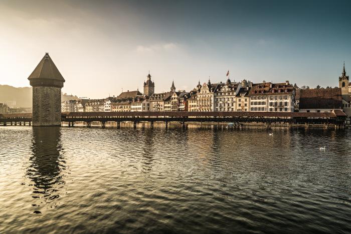 Schweiz. ganz natuerlich. Abendstimmung ueber der Kapellbruecke in Luzern. Copyright by: Switzerland Tourism By-Line: swiss-image.ch/Ivo Scholz