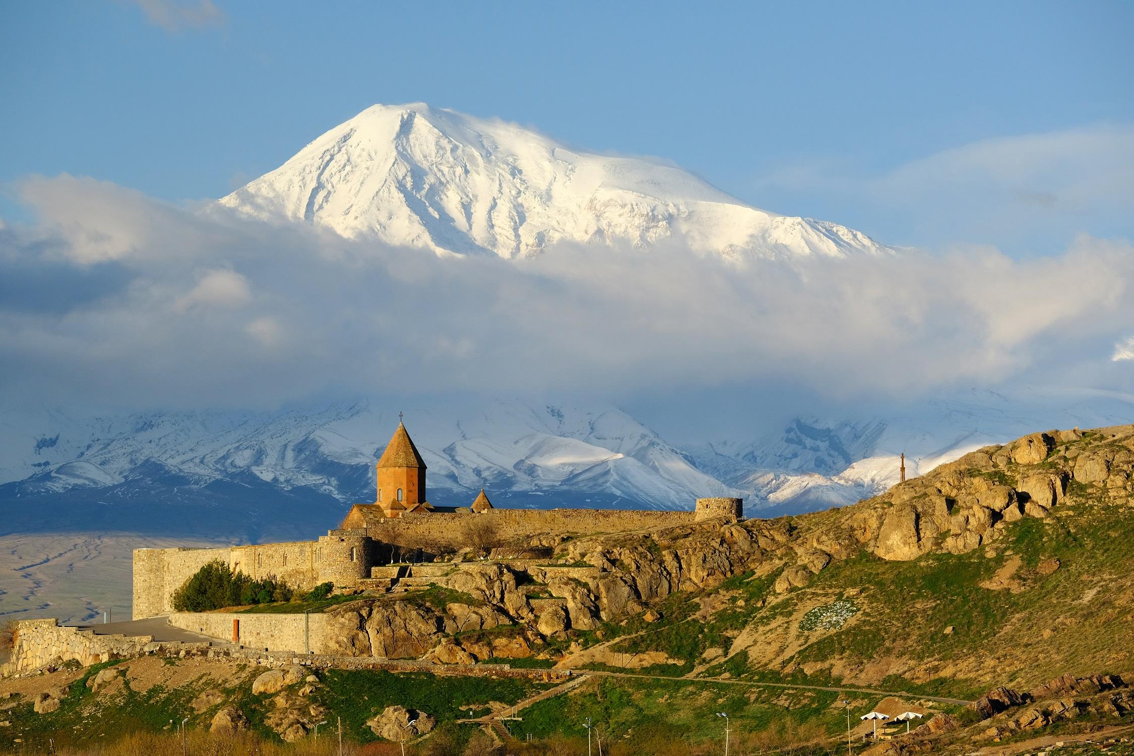 Kloster Chor Virap mit dem Ararat im Hintergrund, Armenien