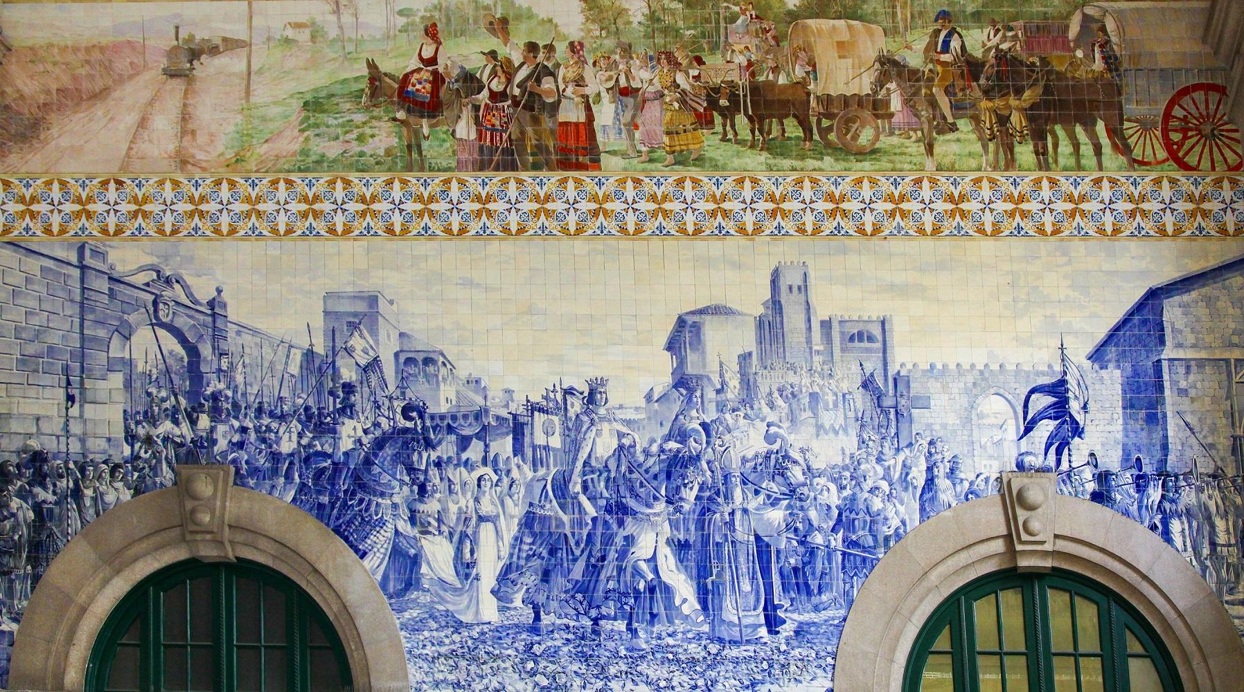 Azulejos, bunt bemalten Keramikfliesen, im Inneren des Bahnhofgebäudes